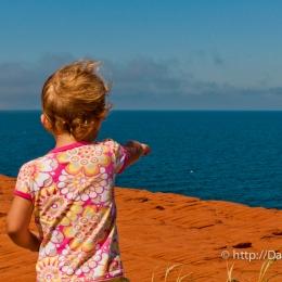 Petite fille qui a une belle vue sur la mer